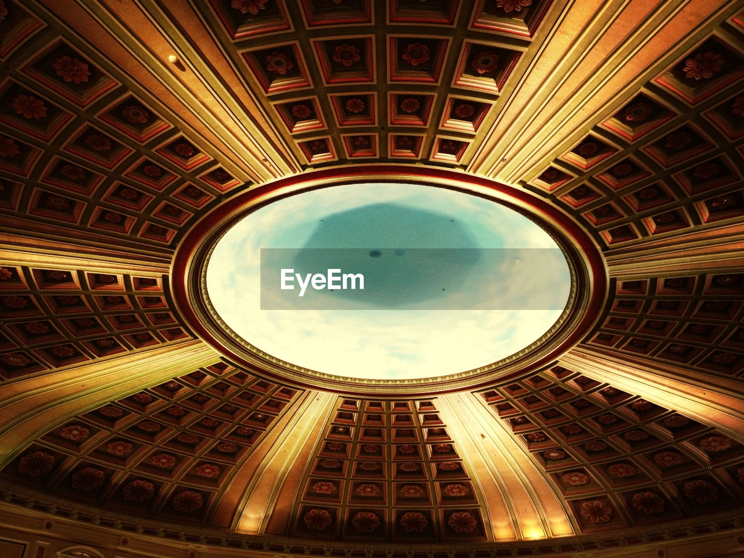 architecture, built structure, indoors, low angle view, ceiling, directly below, architectural feature, circle, dome, building exterior, geometric shape, famous place, design, skylight, pattern, no people, sky, history, travel destinations, capital cities