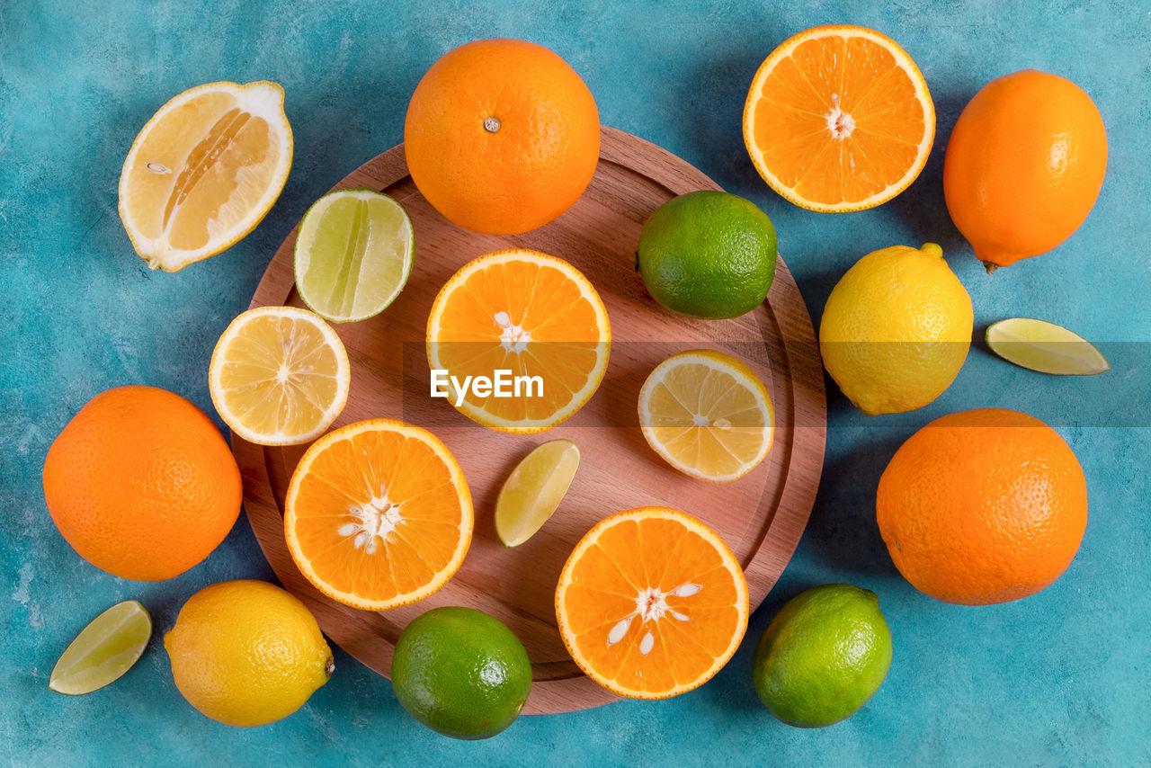 DIRECTLY ABOVE SHOT OF ORANGE FRUITS ON TABLE