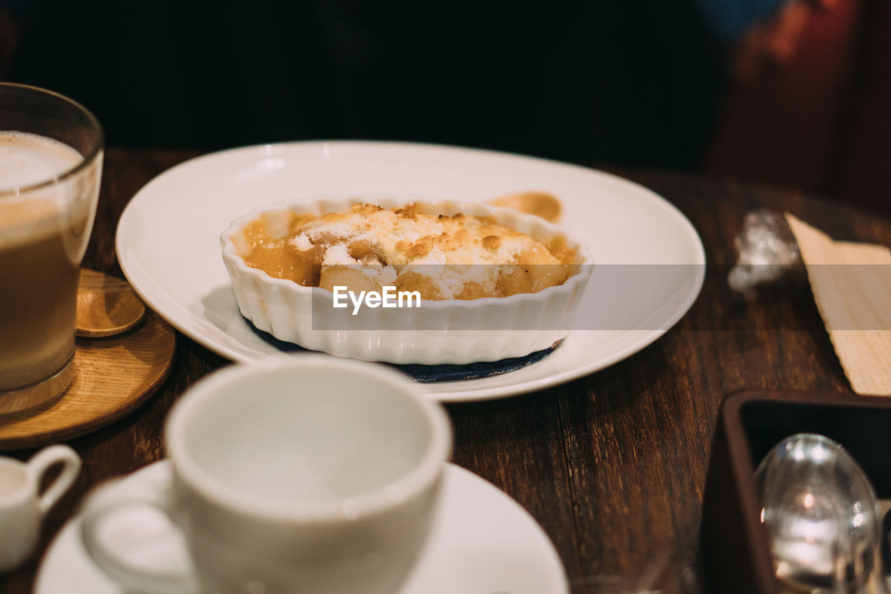 HIGH ANGLE VIEW OF FOOD IN BOWL ON TABLE