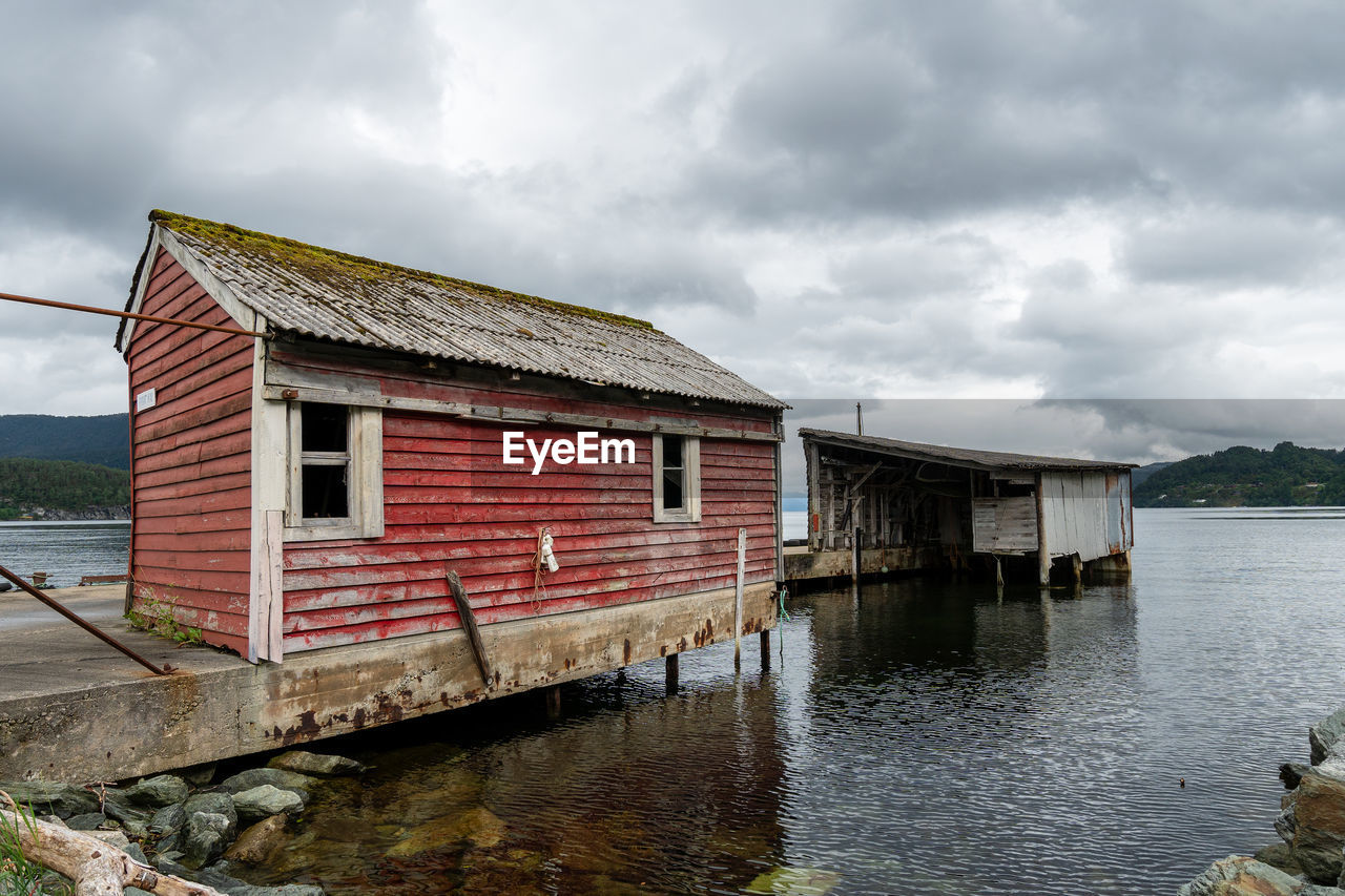 water, built structure, cloud - sky, architecture, sky, building exterior, day, nature, building, no people, house, waterfront, lake, beauty in nature, outdoors, overcast, reflection, boathouse