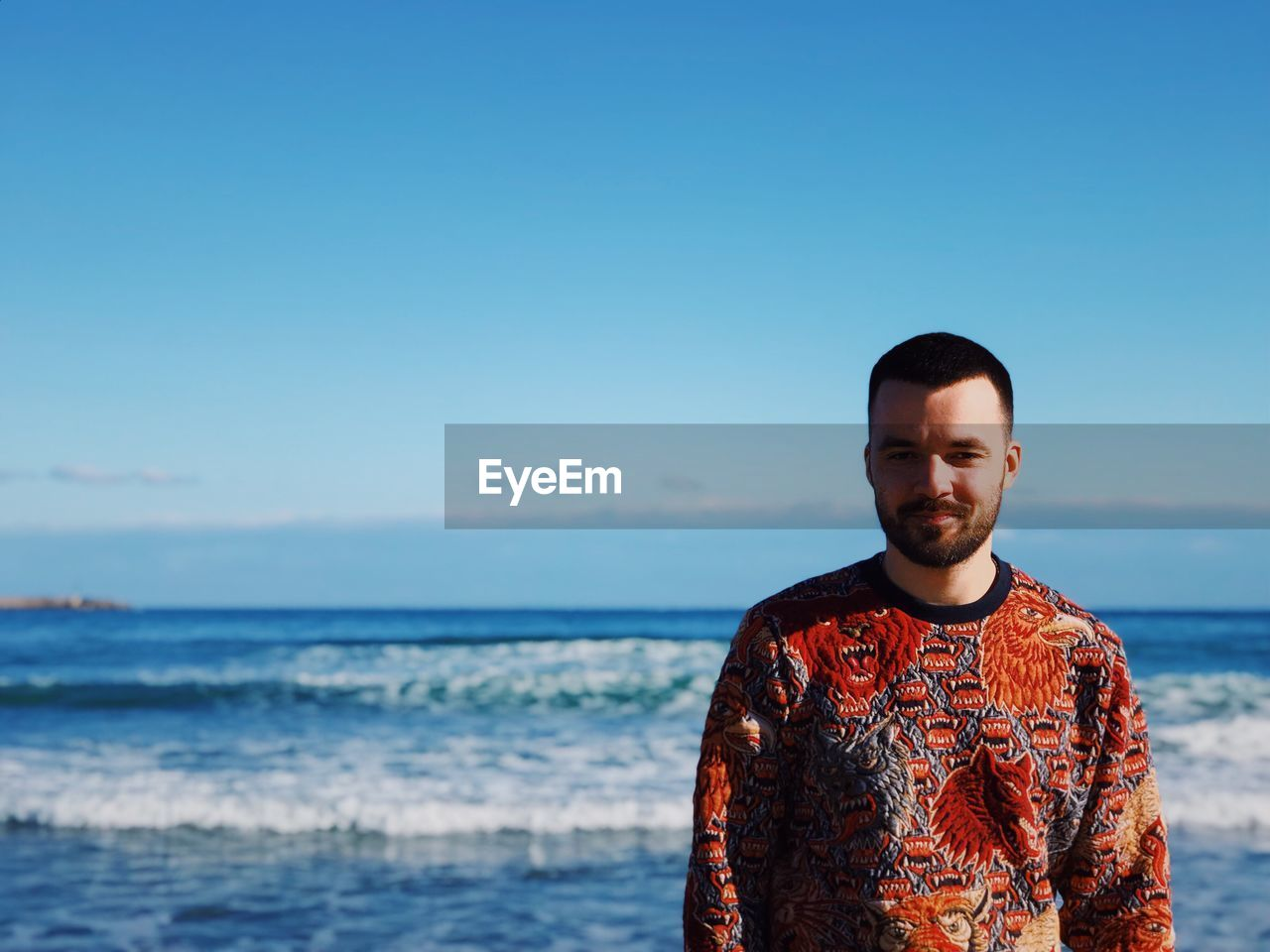 sky, sea, front view, lifestyles, one person, real people, leisure activity, water, clear sky, copy space, horizon over water, young men, casual clothing, standing, horizon, nature, portrait, scenics - nature, outdoors
