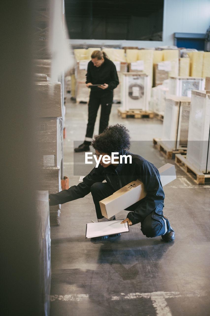 SIDE VIEW OF MEN WORKING IN OFFICE