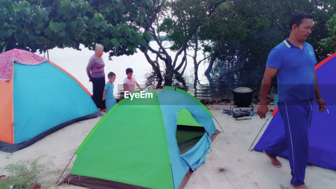 men, group of people, leisure activity, women, real people, adult, nature, tree, lifestyles, tent, day, enjoyment, trip, people, vacations, females, incidental people, holiday, males, adventure, outdoors
