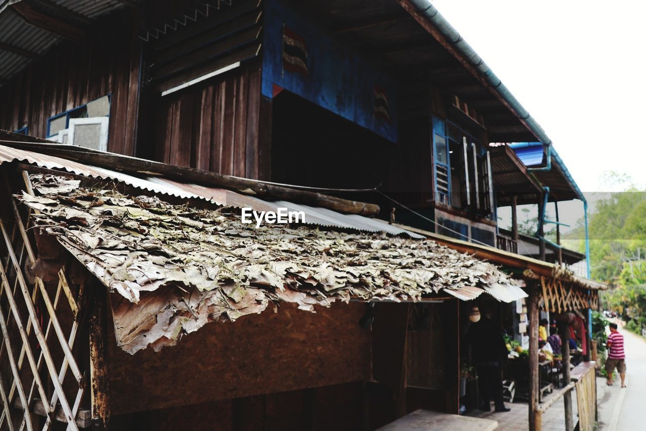 architecture, built structure, building exterior, building, day, no people, wood - material, house, old, roof, outdoors, abandoned, nature, residential district, low angle view, run-down, damaged, hanging, wall, roof tile