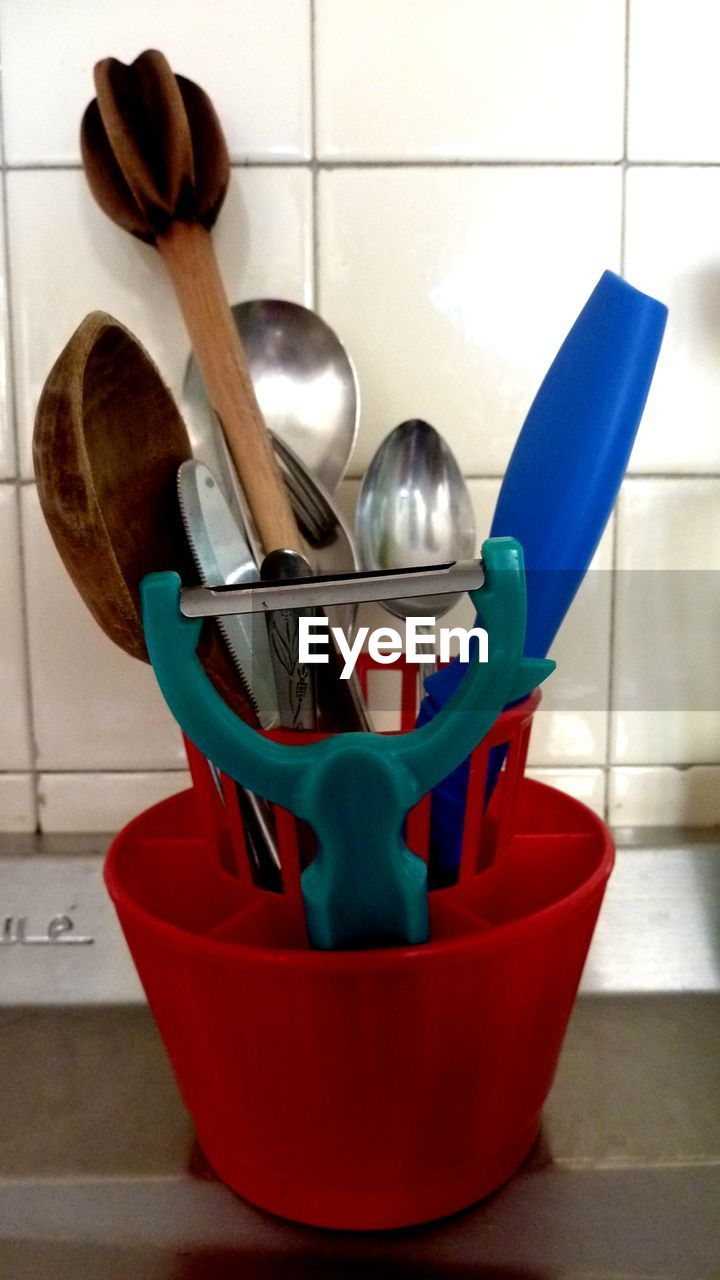 spoon, wooden spoon, kitchen utensil, domestic kitchen, indoors, kitchen, large group of objects, variation, no people, cooking utensil, fork, domestic room, close-up, day
