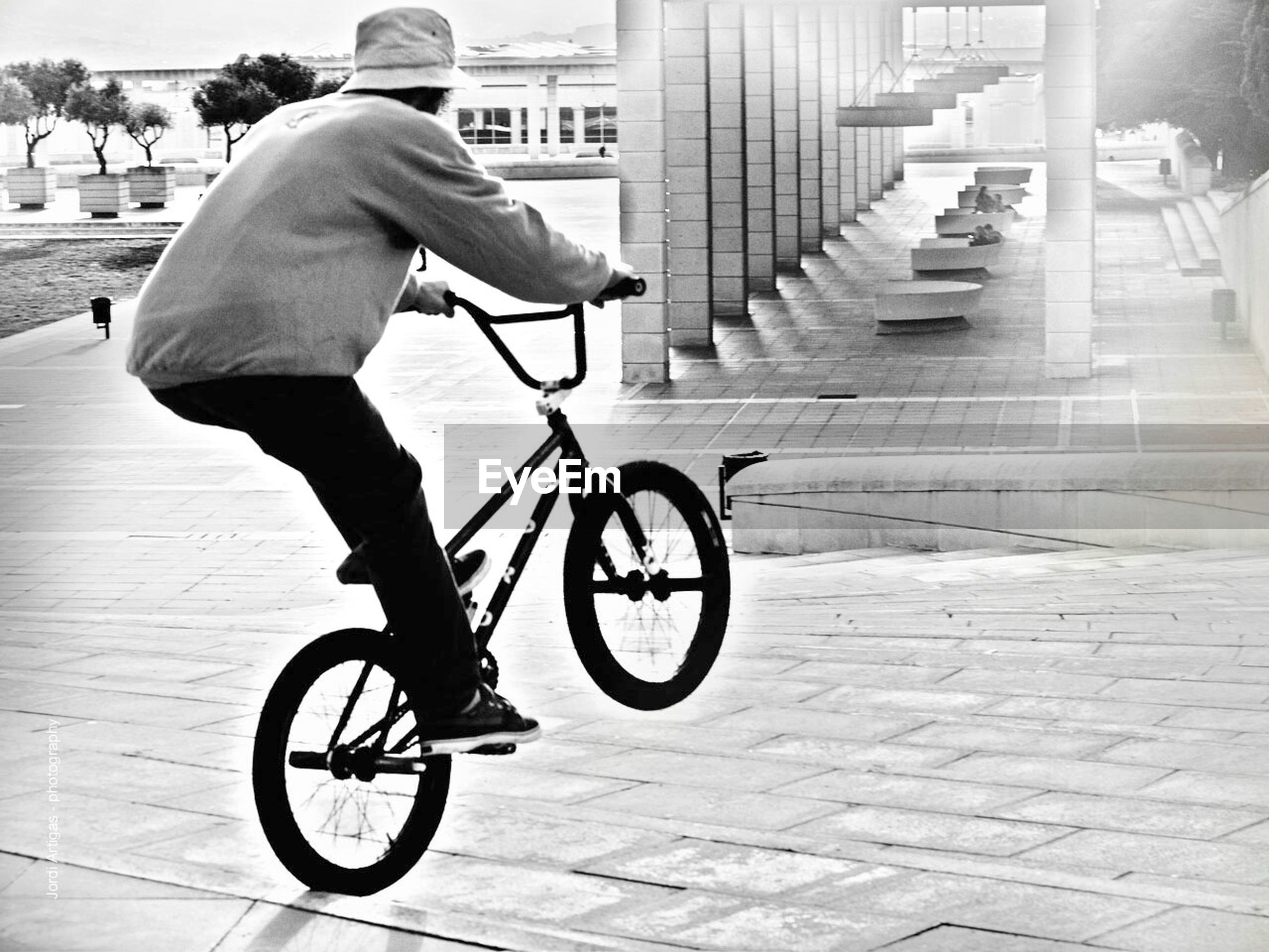 bicycle, transportation, mode of transport, lifestyles, land vehicle, full length, street, riding, side view, leisure activity, men, building exterior, cycling, casual clothing, on the move, road, city, architecture