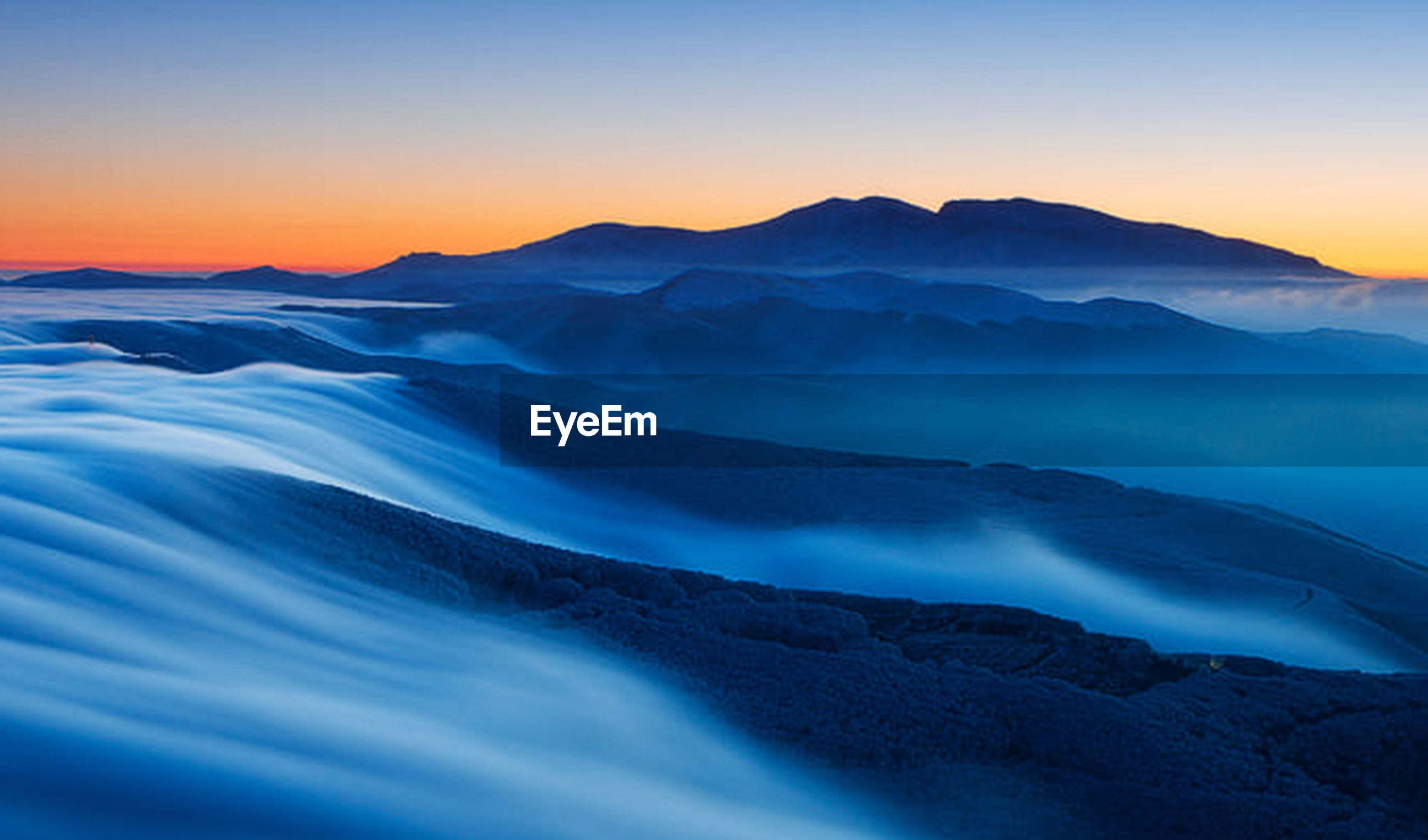 SCENIC VIEW OF MOUNTAINS AGAINST SKY AT DAWN