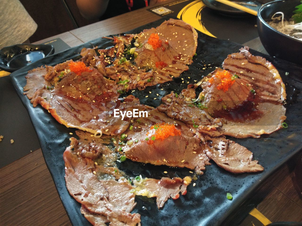 HIGH ANGLE VIEW OF MEAT IN PLATE
