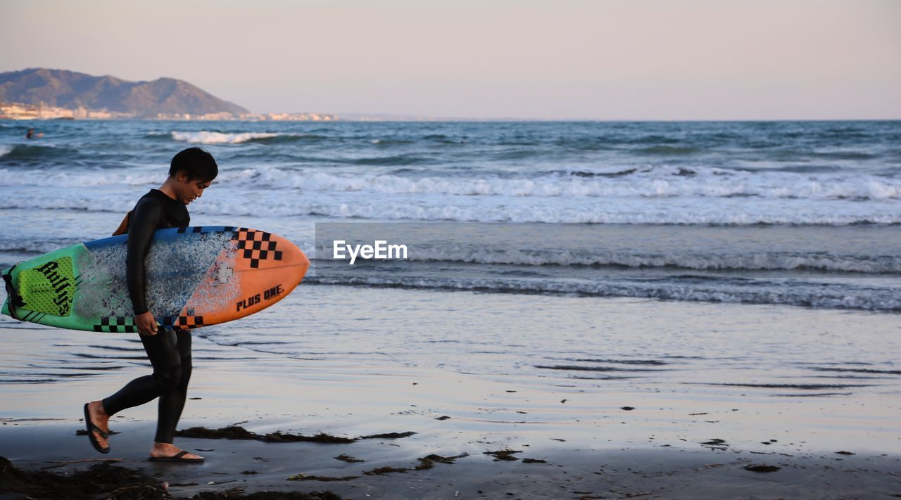 FULL LENGTH OF BOY ON SEA SHORE
