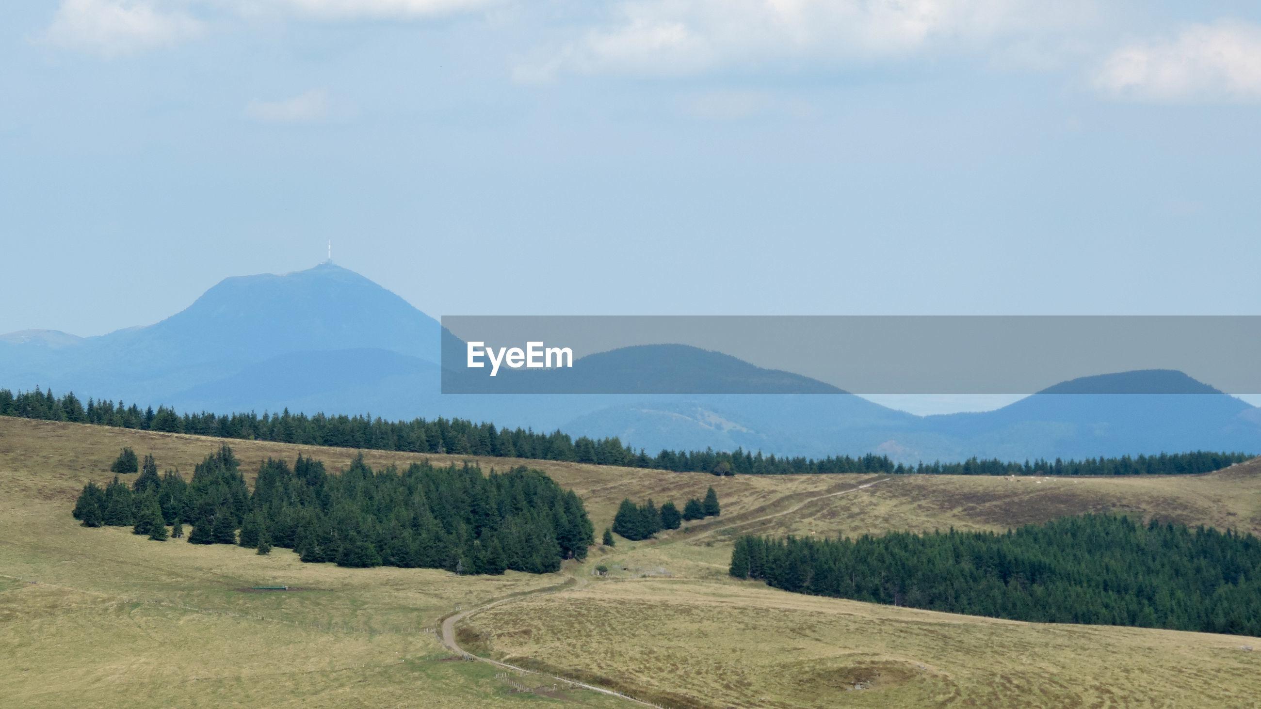 Vue de la chaîne des volcans d'auvergne au mois septembre ,