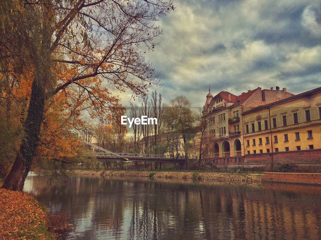 architecture, building exterior, sky, reflection, tree, autumn, built structure, no people, water, nature, outdoors, scenery, residential, city, day
