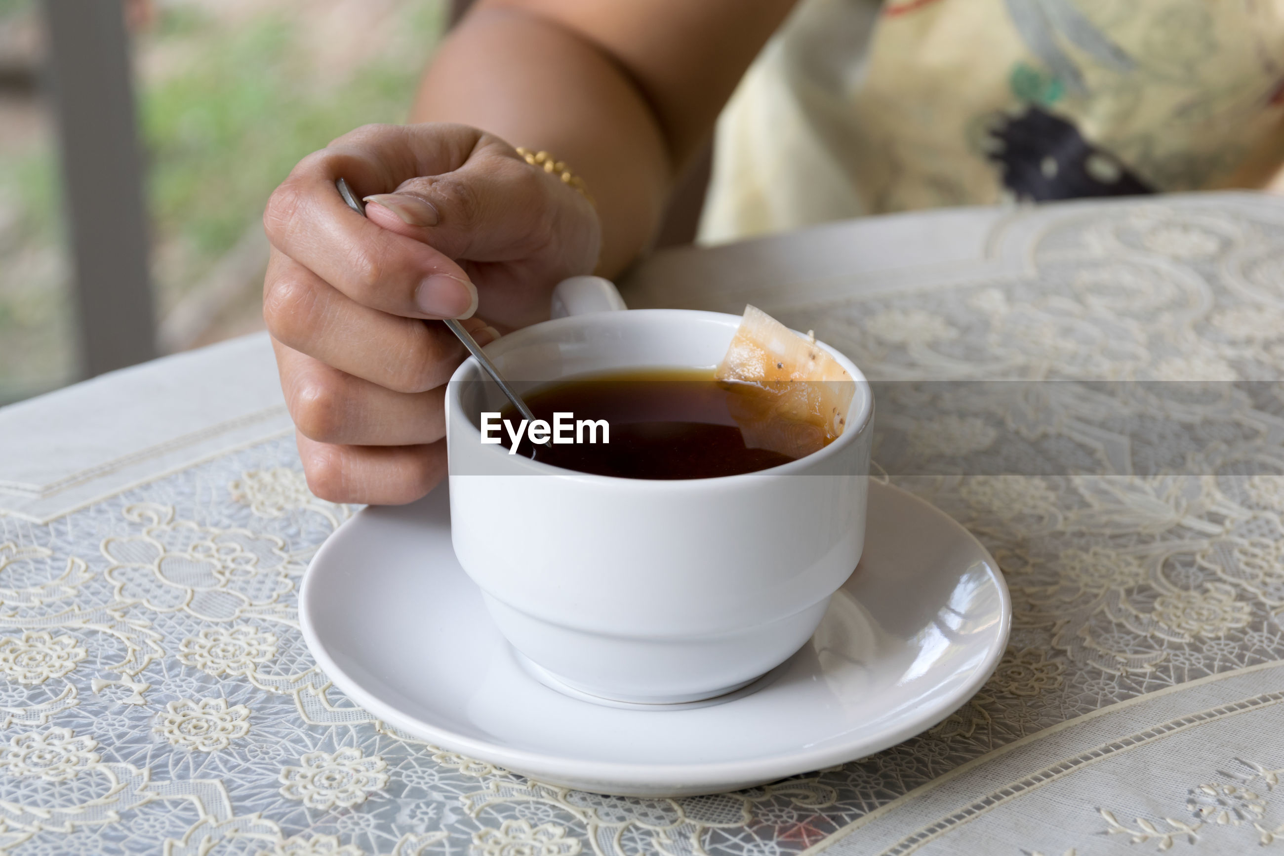 CROPPED IMAGE OF PERSON HOLDING COFFEE CUP