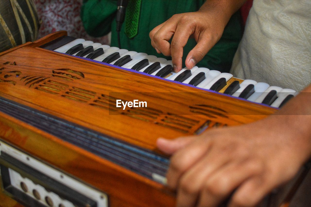 human hand, hand, human body part, one person, real people, musical instrument, musical equipment, selective focus, indoors, music, playing, holding, body part, piano, lifestyles, arts culture and entertainment, leisure activity, unrecognizable person, finger, keyboard instrument, piano key