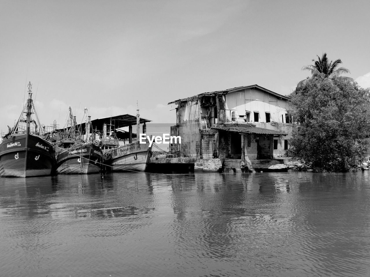 nautical vessel, built structure, architecture, building exterior, water, waterfront, transportation, outdoors, no people, day, moored, sky, nature