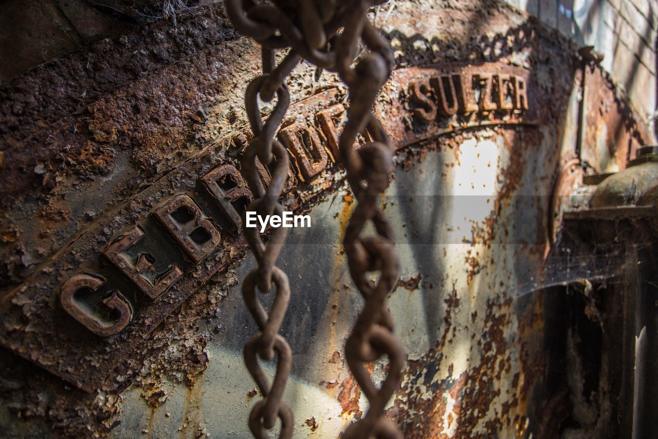 metal, rusty, text, deterioration, communication, close-up, damaged, weathered, day, chain, run-down, outdoors, abandoned, bad condition, no people
