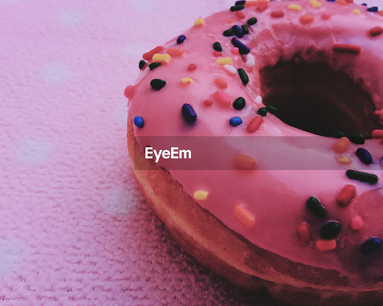 sweet food, food and drink, dessert, indulgence, food, temptation, unhealthy eating, ready-to-eat, cake, still life, chocolate, freshness, indoors, close-up, baked, no people, table, sprinkles, blueberry, cupcake, serving size, dessert topping, plate, donut, day, gelatin dessert