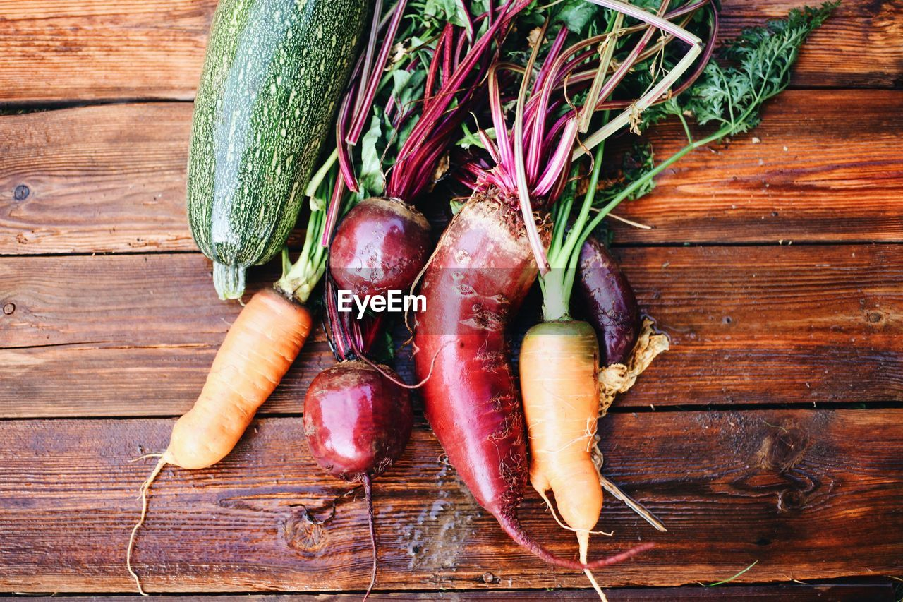 HIGH ANGLE VIEW OF VEGETABLES ON WOOD