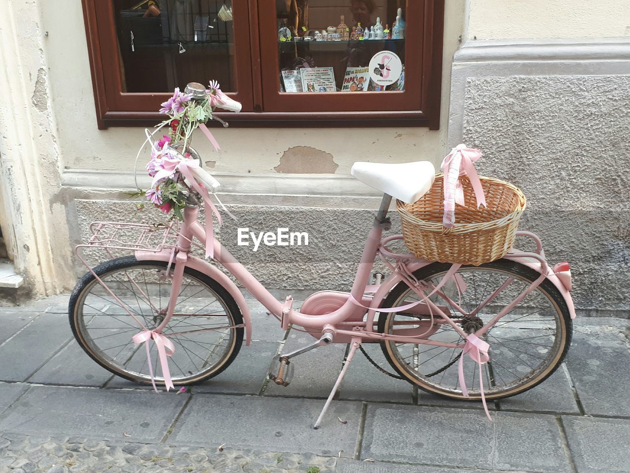 bicycle, basket, transportation, architecture, day, mode of transport, outdoors, built structure, window, building exterior, land vehicle, stationary, no people, bicycle basket, flower