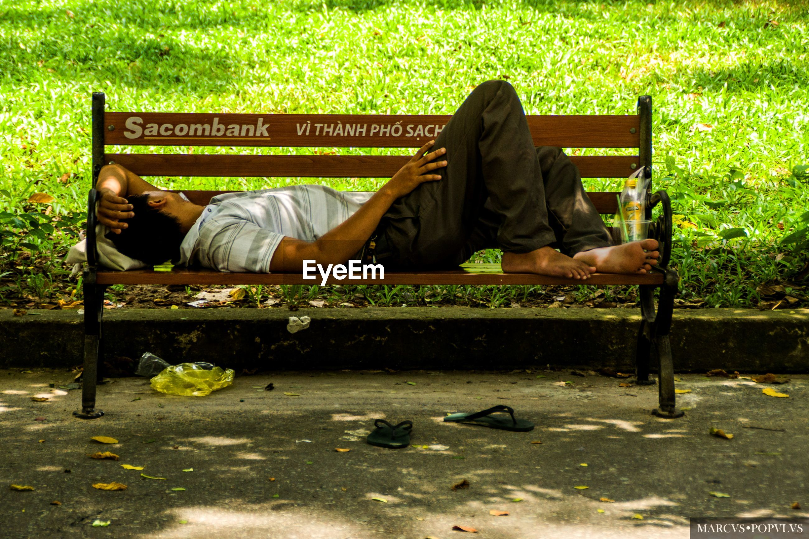 bench, seat, lying down, full length, one person, relaxation, sleeping, sitting, men, real people, park, social issues, resting, lifestyles, tired, day, adult, nature, casual clothing, outdoors, park bench
