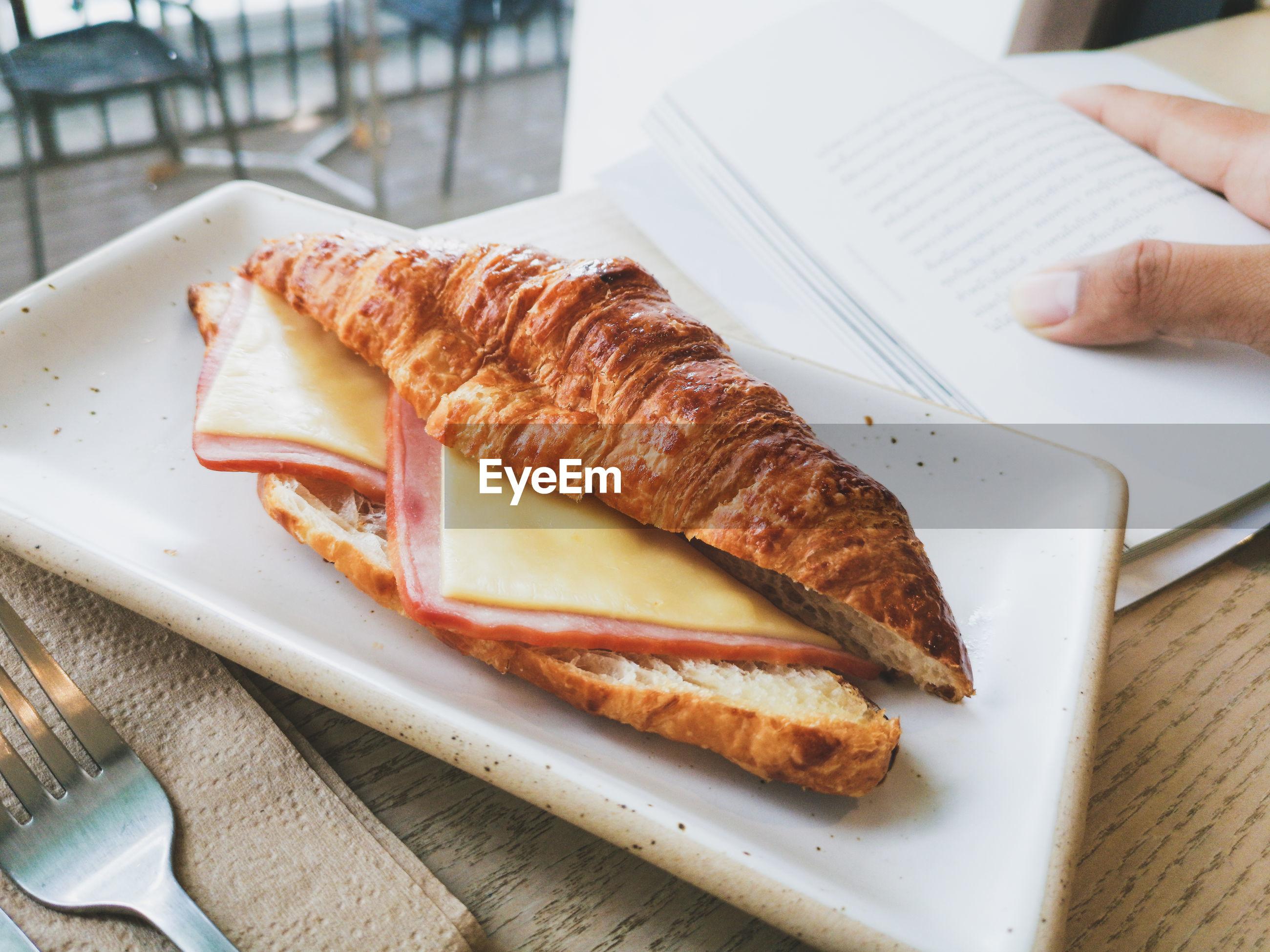 Croissant sandwich ham cheese