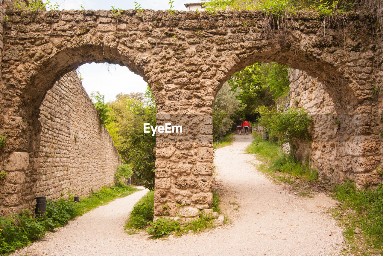 arch, architecture, the way forward, built structure, direction, history, the past, day, plant, nature, footpath, no people, old, travel destinations, stone wall, wall, ancient, outdoors, old ruin, ancient civilization, arched, archaeology