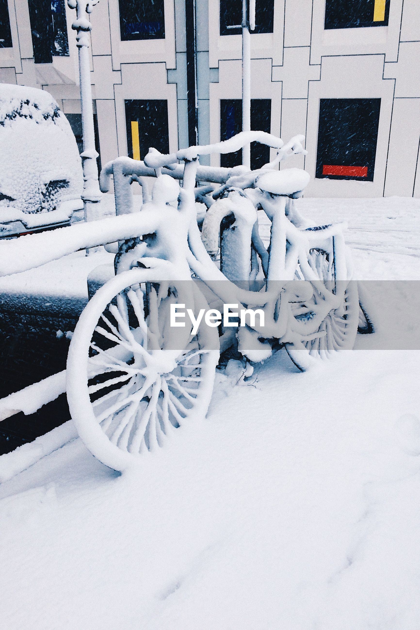 CLOSE-UP OF SNOW ON VEHICLE
