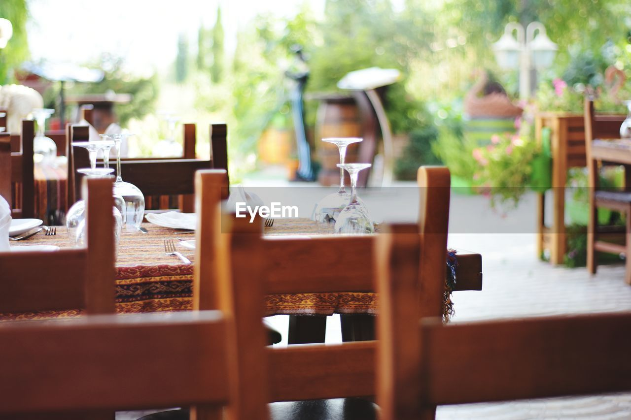 CHAIRS AND TABLE AGAINST CAFE