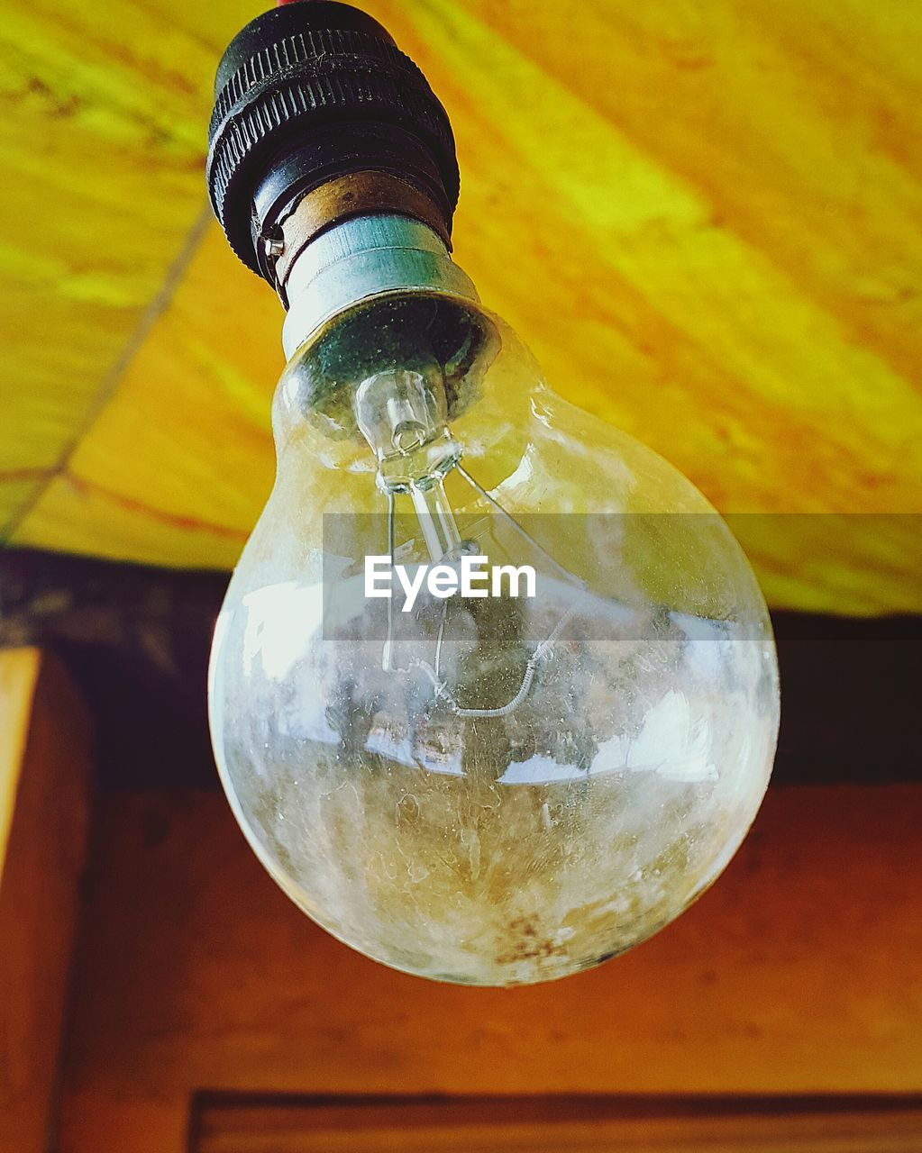 light bulb, no people, lighting equipment, close-up, yellow, hanging, focus on foreground, electricity, indoors, technology, filament, day