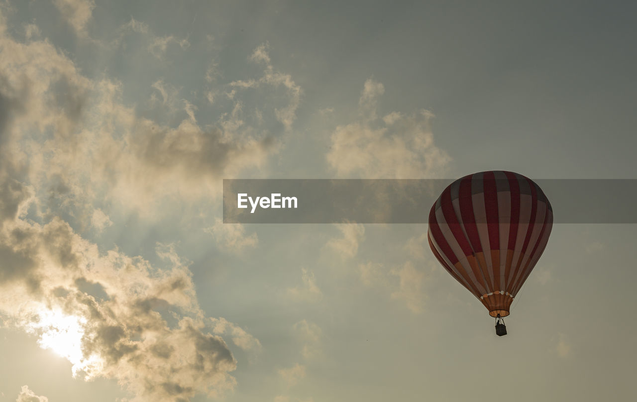 cloud - sky, sky, mid-air, low angle view, balloon, air vehicle, flying, transportation, adventure, hot air balloon, nature, day, no people, mode of transportation, outdoors, freedom, beauty in nature, scenics - nature, travel, motion, ballooning festival