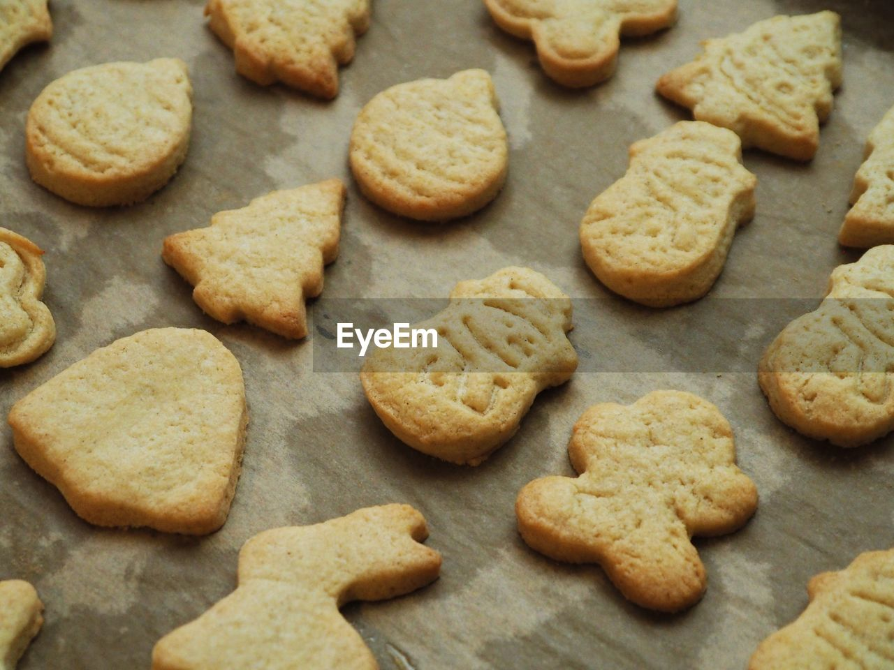 food, food and drink, cookie, sweet food, baked, freshness, still life, indoors, no people, high angle view, temptation, close-up, indulgence, homemade, shape, large group of objects, selective focus, preparation, heart shape, full frame, baking sheet
