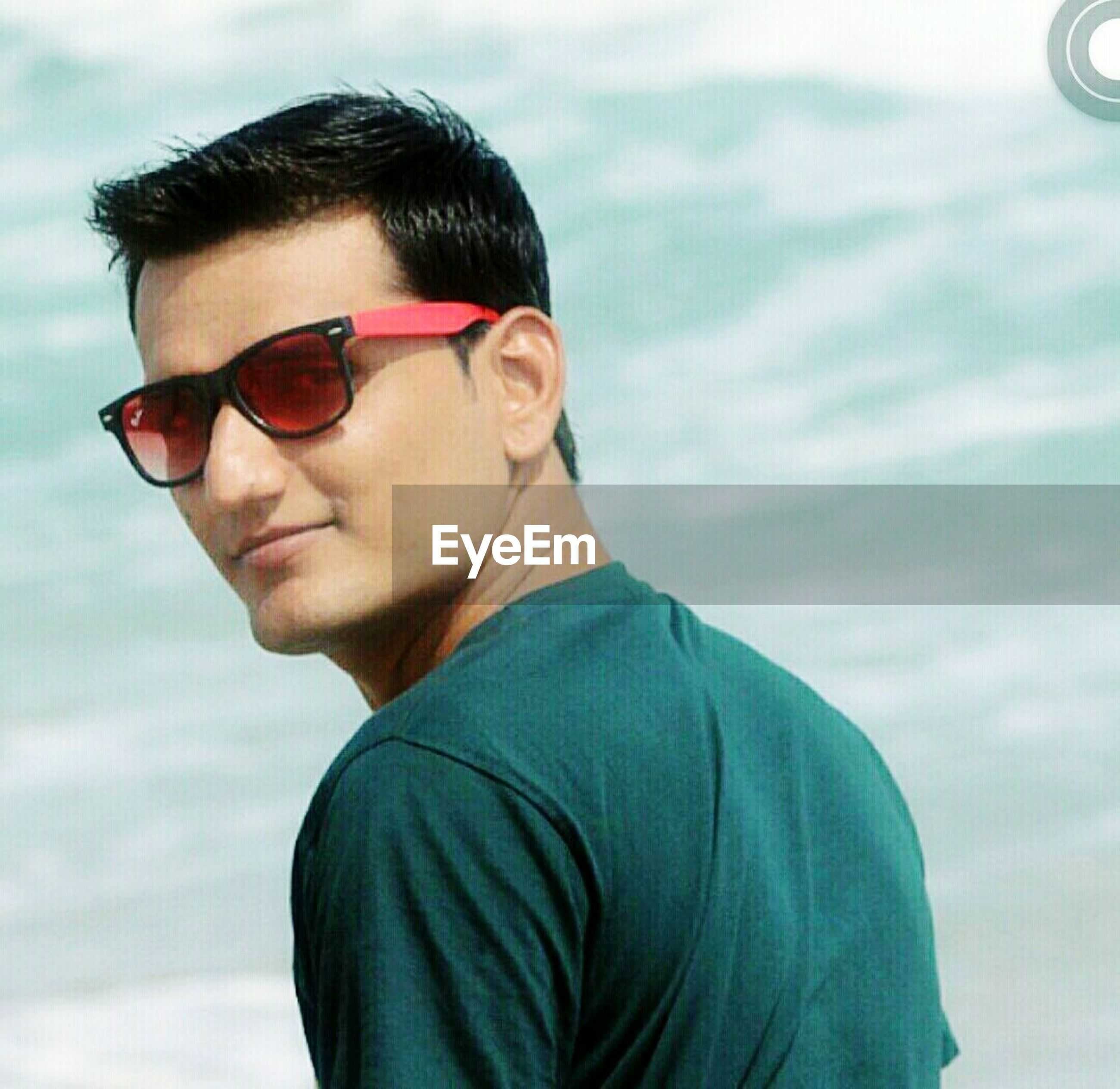person, portrait, looking at camera, lifestyles, young adult, sunglasses, front view, headshot, leisure activity, casual clothing, young men, smiling, focus on foreground, head and shoulders, waist up, handsome, happiness