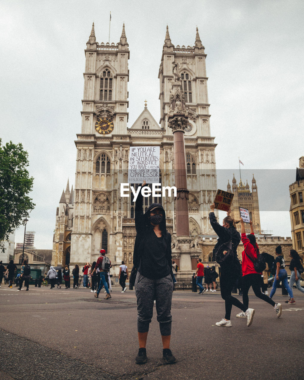 PEOPLE IN FRONT OF BUILDINGS IN CITY