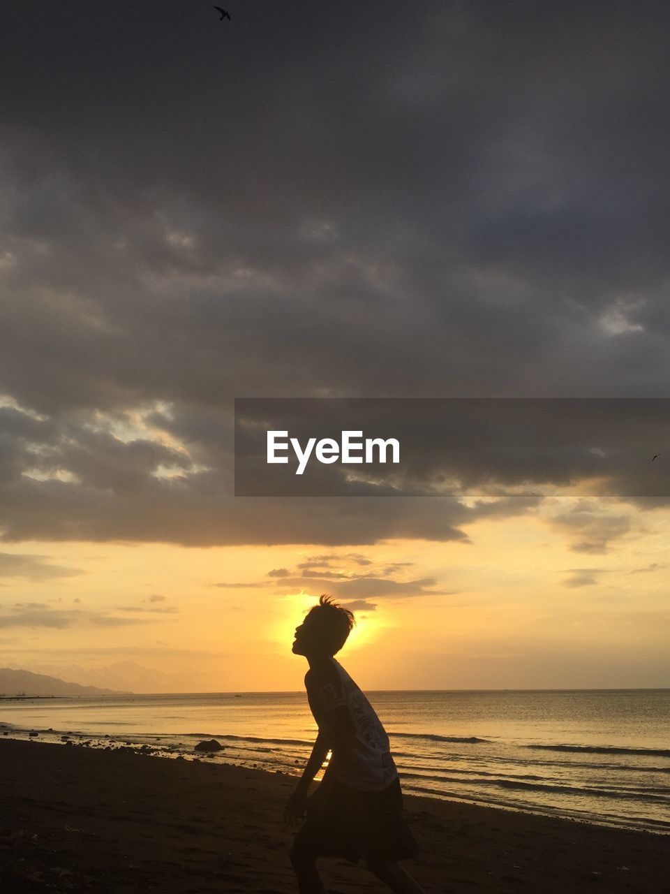 sky, sunset, cloud - sky, sea, water, beauty in nature, one person, land, scenics - nature, horizon over water, horizon, beach, real people, leisure activity, nature, tranquility, lifestyles, orange color, side view, outdoors, contemplation, looking at view, profile view