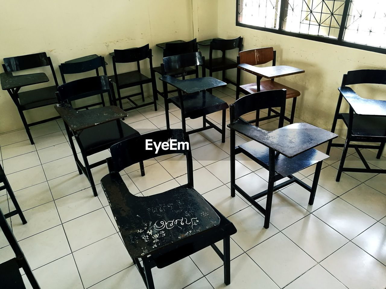 education, table, chair, indoors, classroom, desk, empty, no people, black color, learning, day, seat, blackboard