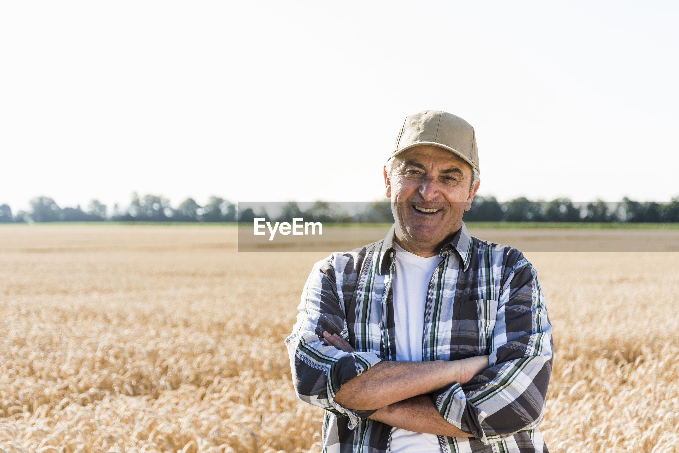 PORTRAIT OF SMILING YOUNG MAN STANDING IN FIELD