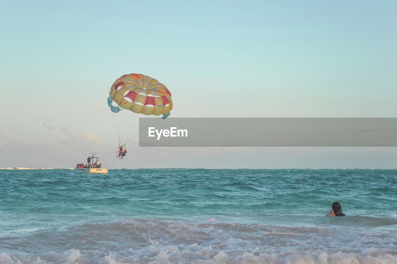 sea, leisure activity, real people, adventure, extreme sports, lifestyles, nature, parachute, sport, two people, scenics, beauty in nature, water, horizon over water, outdoors, men, weekend activities, day, vacations, sky, people