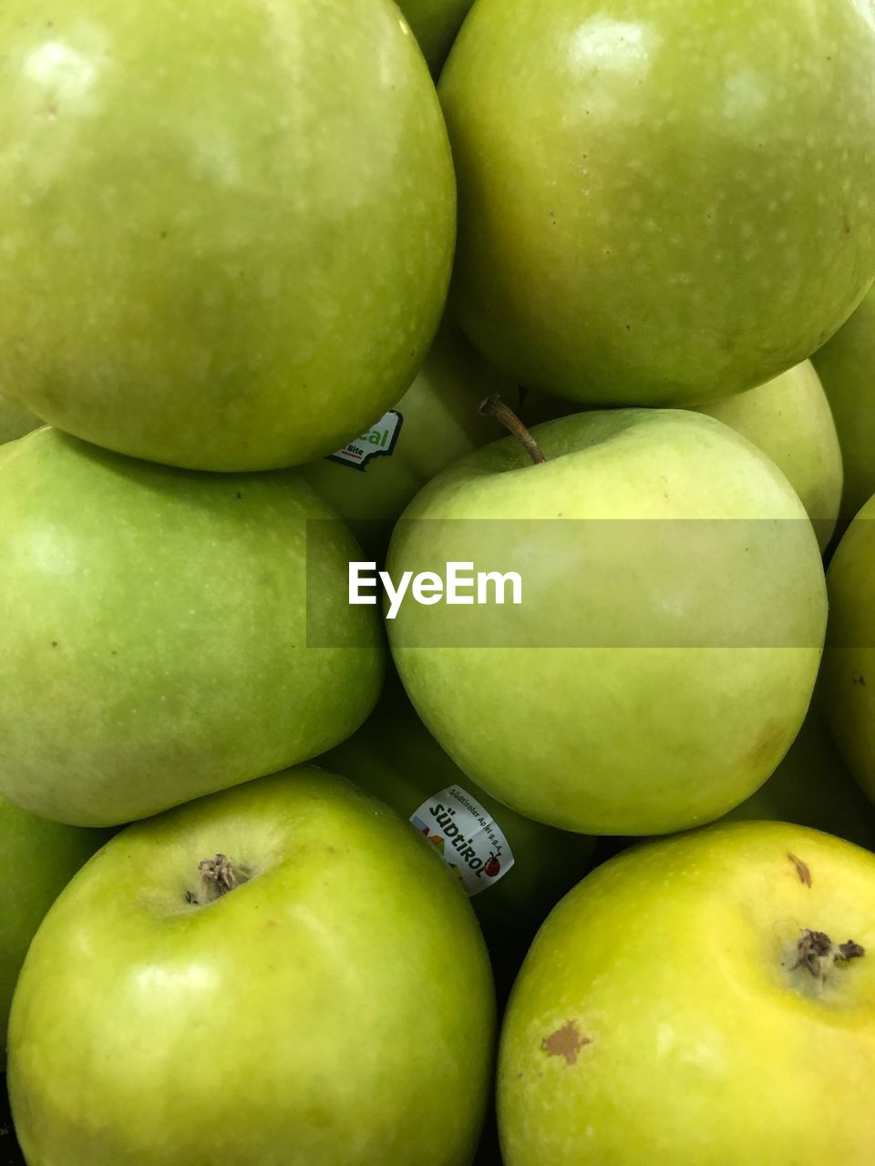 food, food and drink, healthy eating, green color, fruit, wellbeing, freshness, no people, still life, full frame, granny smith apple, apple, close-up, apple - fruit, backgrounds, group of objects, market, indoors, large group of objects, high angle view, ripe