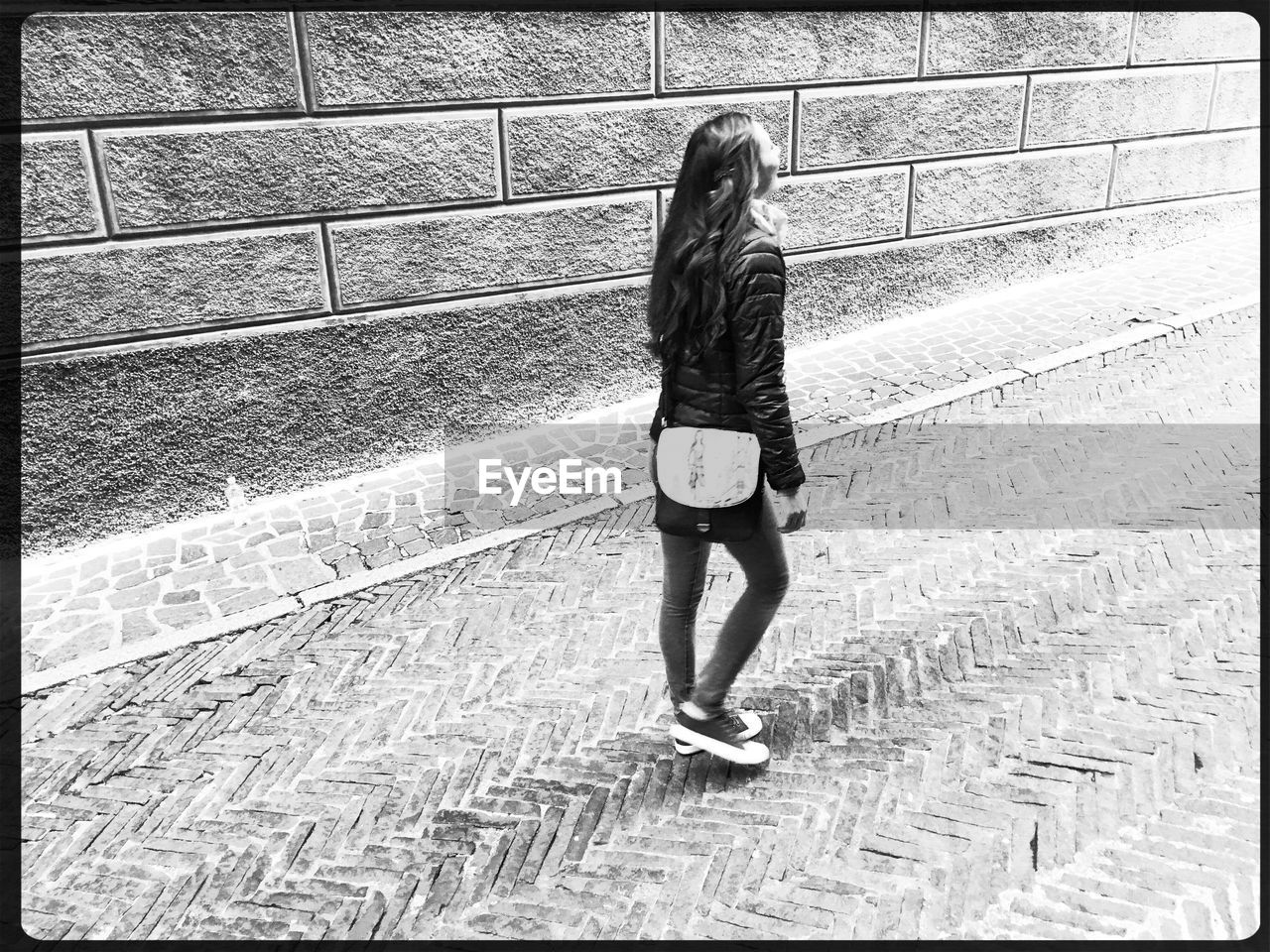 full length, rear view, real people, walking, one person, day, leisure activity, lifestyles, women, outdoors, young adult, adult, people
