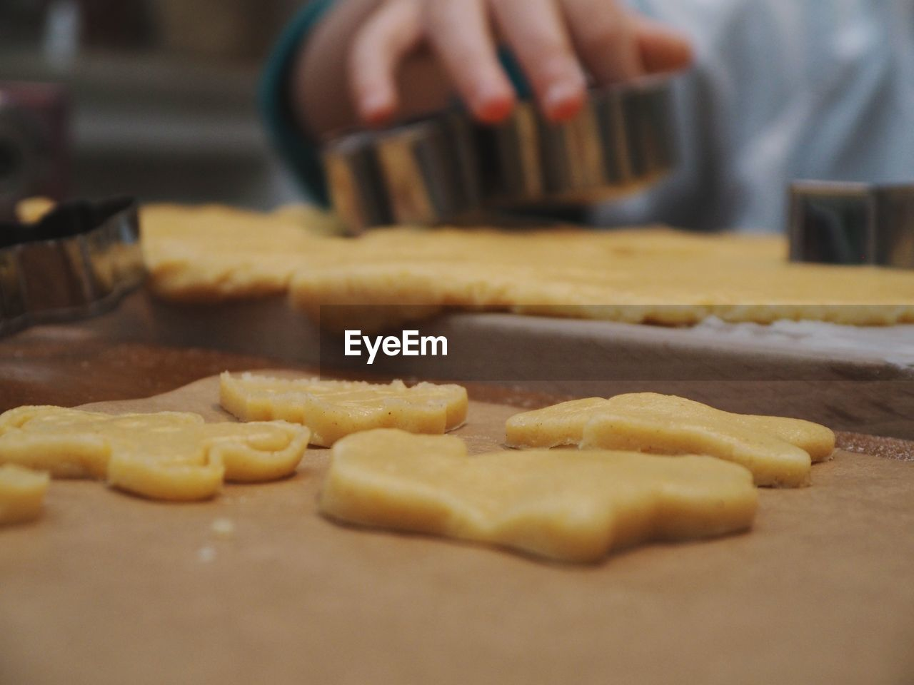 food, food and drink, selective focus, preparation, indoors, freshness, dough, preparing food, cookie, hand, human hand, baked, sweet food, close-up, one person, human body part, domestic room, homemade, making, baking sheet