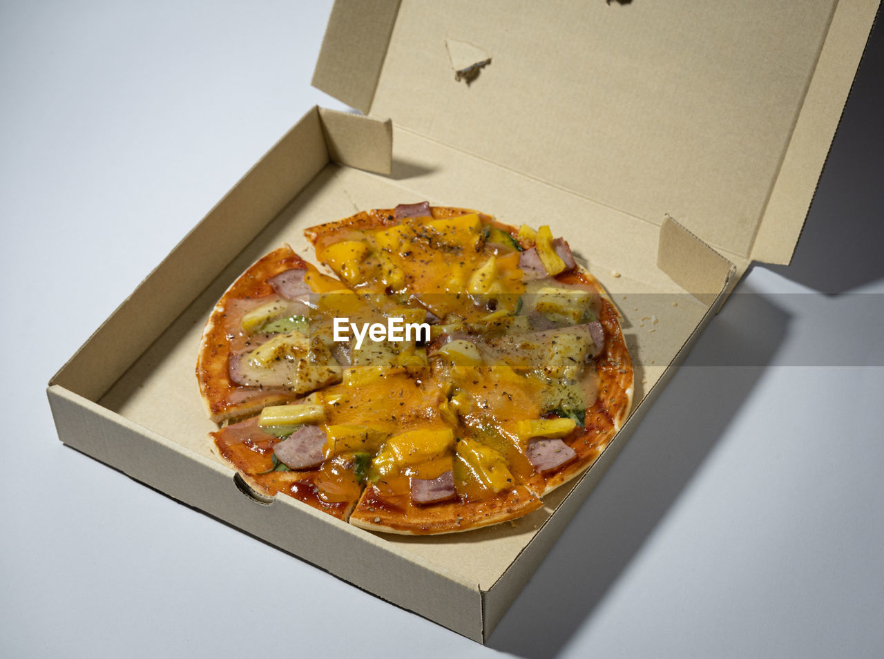 HIGH ANGLE VIEW OF PIZZA IN CONTAINER