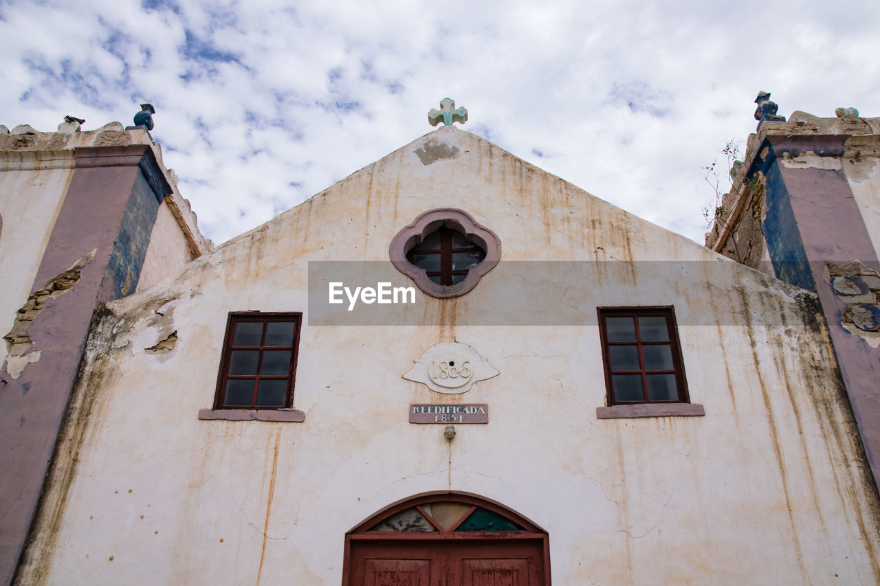 building exterior, architecture, built structure, building, low angle view, window, cloud - sky, religion, spirituality, place of worship, sky, belief, no people, day, residential district, outdoors, nature, clock