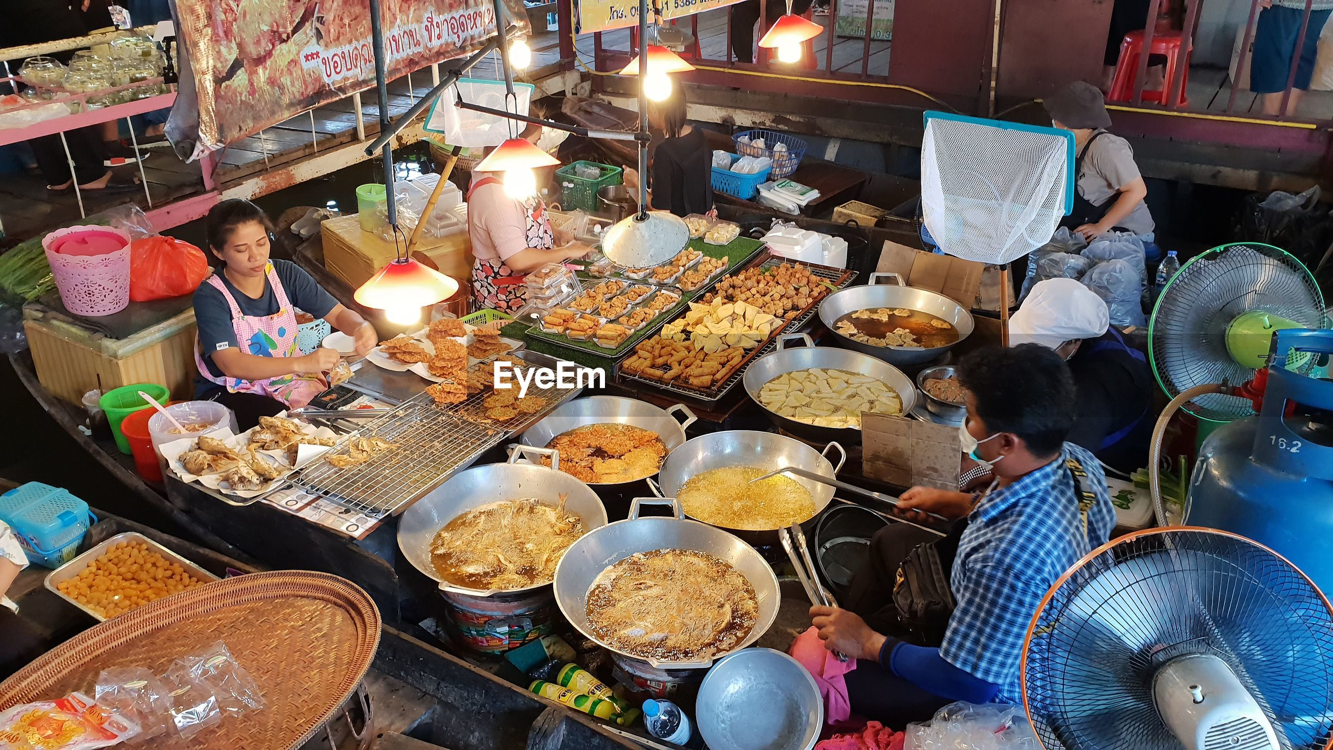 HIGH ANGLE VIEW OF PEOPLE IN MARKET STALL