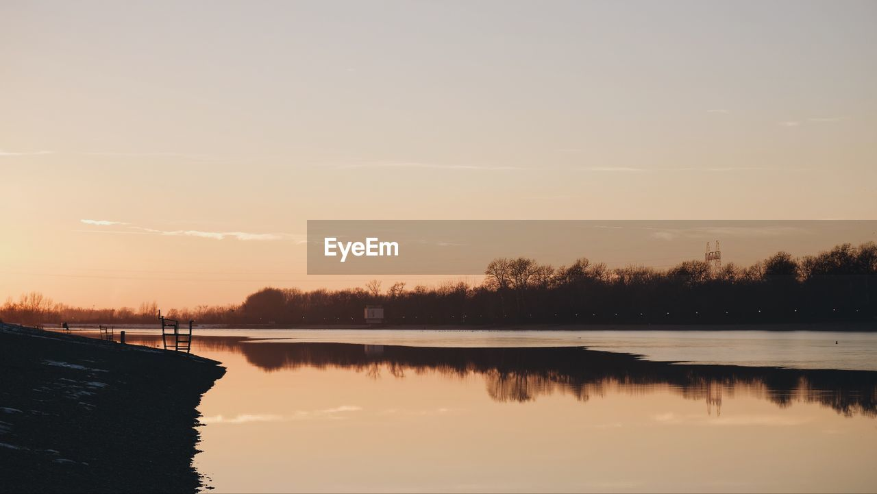 water, sky, lake, scenics - nature, beauty in nature, tranquility, reflection, tranquil scene, sunset, nature, waterfront, no people, tree, non-urban scene, idyllic, plant, outdoors, copy space, silhouette