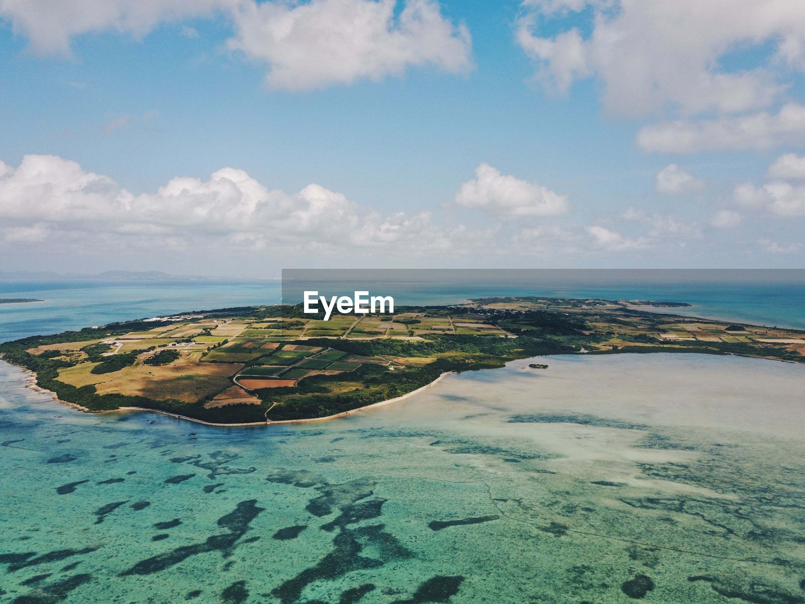 AERIAL VIEW OF SEA BY LANDSCAPE AGAINST SKY