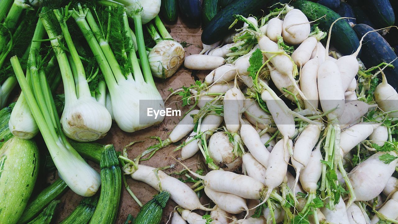 vegetable, food and drink, healthy eating, food, wellbeing, freshness, market, raw food, green color, for sale, no people, still life, large group of objects, root vegetable, high angle view, onion, spring onion, market stall, close-up, retail, organic, turnip