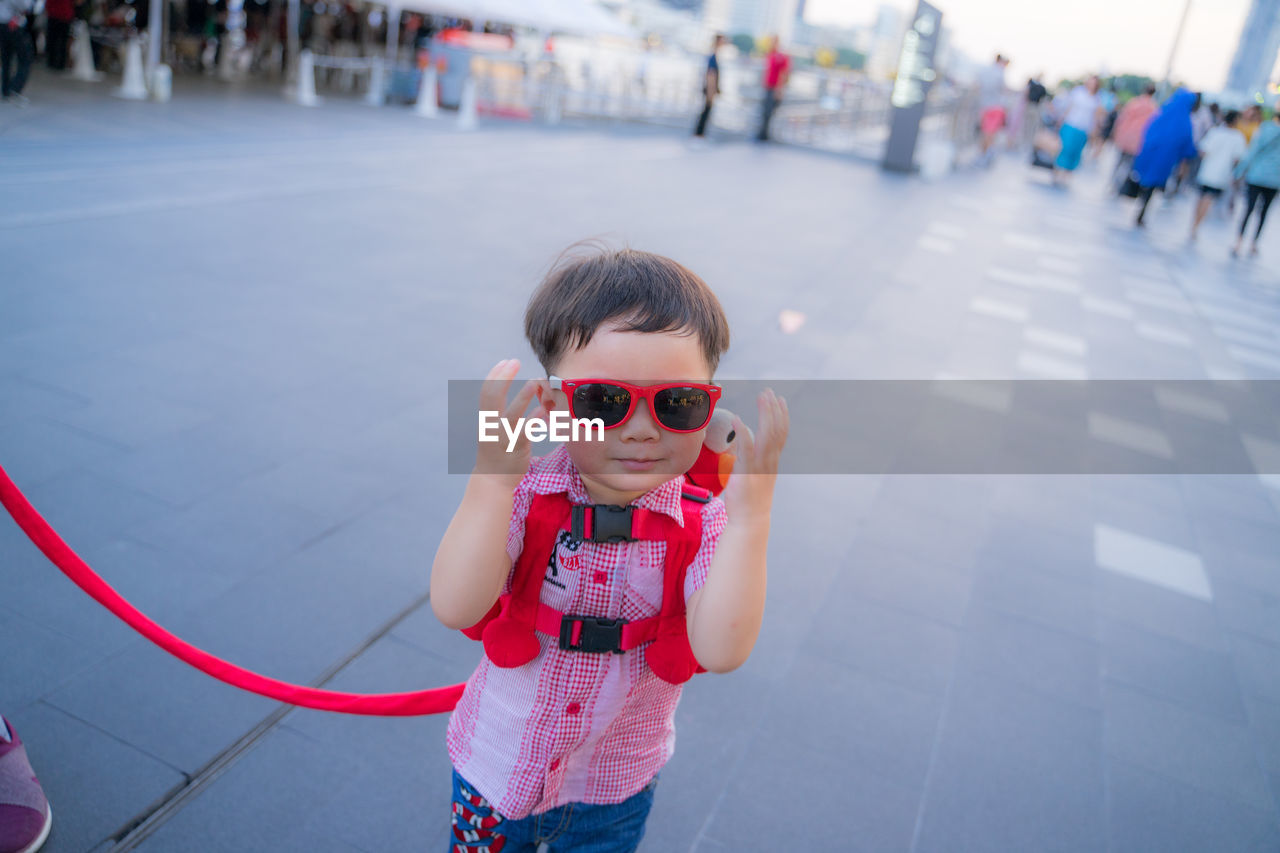 child, childhood, real people, one person, innocence, focus on foreground, lifestyles, front view, girls, incidental people, leisure activity, cute, females, day, standing, casual clothing, women, holding, outdoors