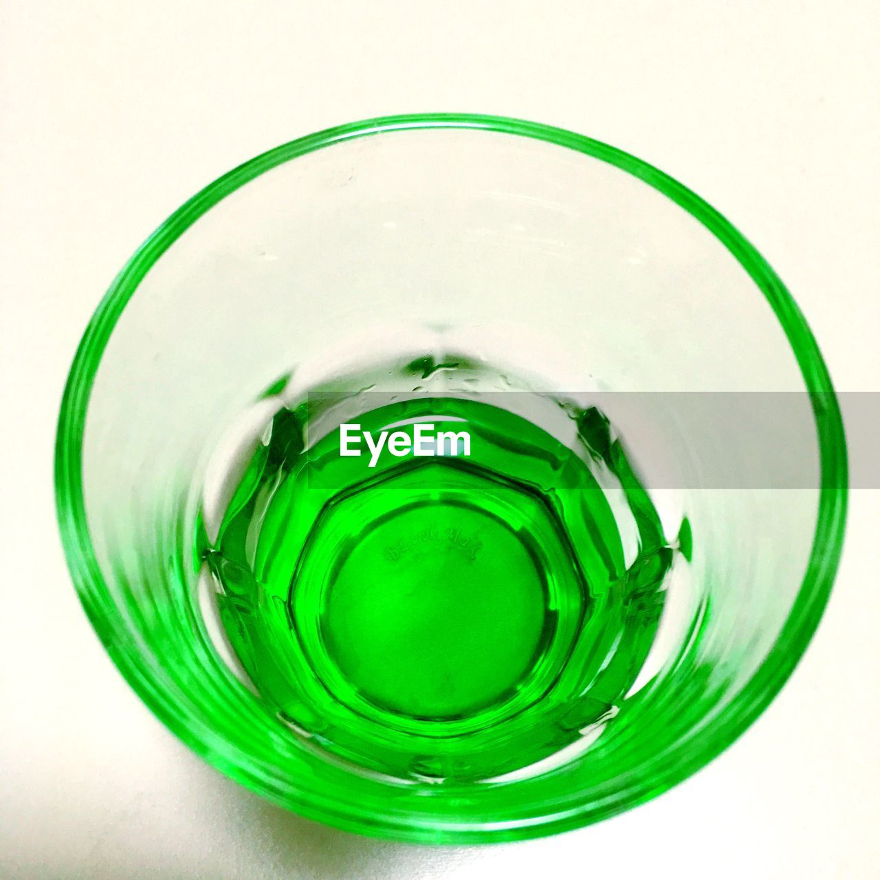 CLOSE-UP OF DRINK ON GLASS