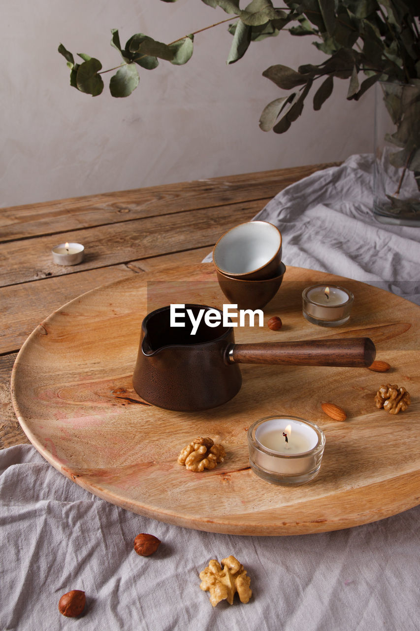 HIGH ANGLE VIEW OF BREAKFAST ON TABLE AGAINST THE WALL