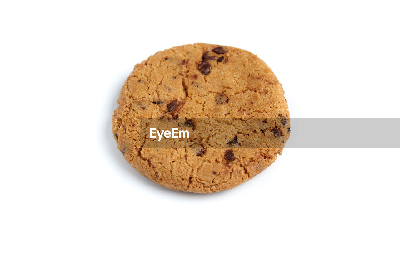 white background, cookie, studio shot, chocolate chip cookie, baked, food, food and drink, chocolate chip, sweet food, no people, close-up, freshness, ready-to-eat