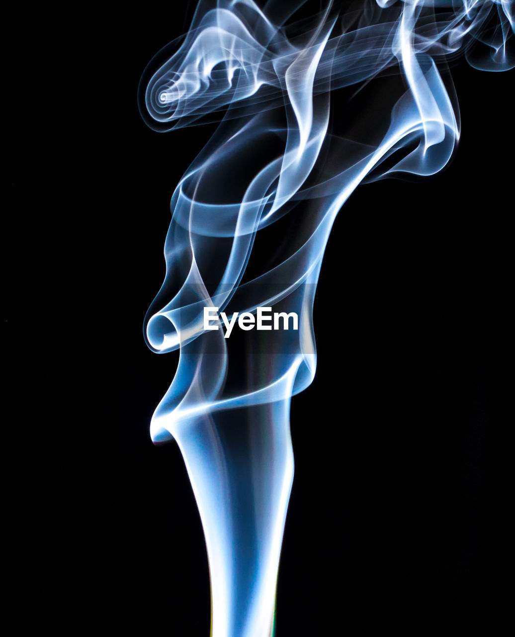 smoke - physical structure, black background, burning, abstract, studio shot, swirl, motion, pattern, fragility, close-up, copy space, changing form, no people, ethereal, wind, textured, fumes, symmetry, indoors, vapor trail